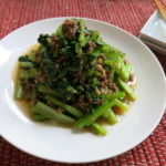 【唐辛子レシピ】小松菜のピリ辛肉味噌がけ