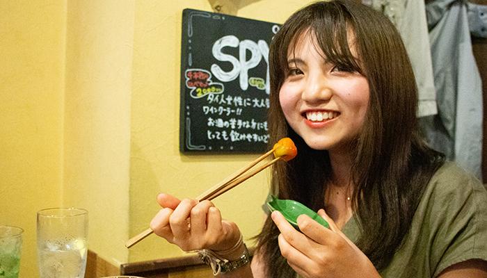 ハバネロを食べる女性