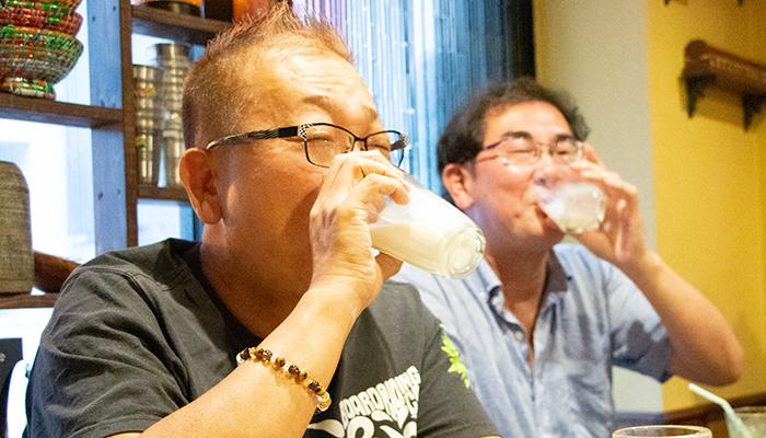 激辛料理を食べて牛乳を飲む男性